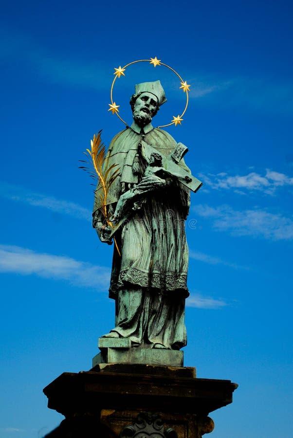 Een monument op Charles Bridge in Praag stock fotografie