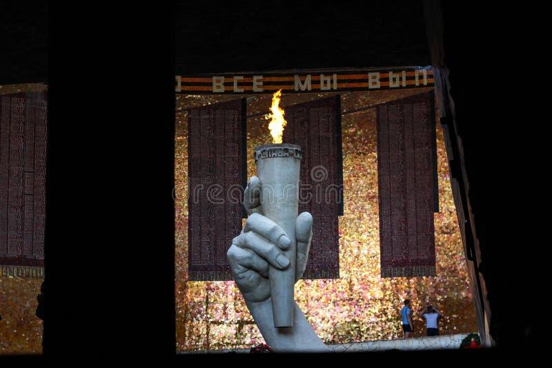 Een monument van een steenhand die een vlam houden stock foto's