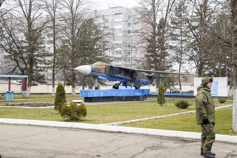 Een monument van vechtersluchtvaart bij het Krasnodar-vliegveld Jonge militaire schoolkadet stock foto's