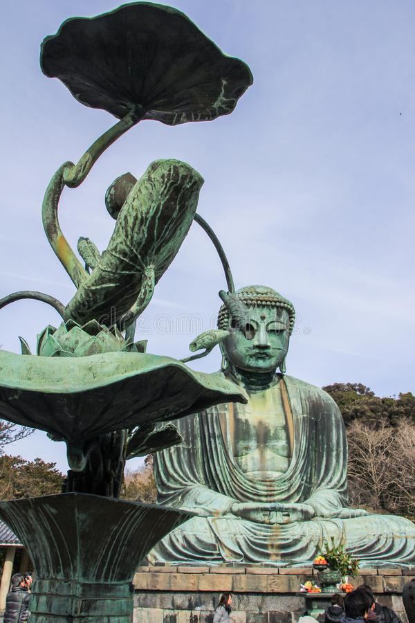Een monumentaal openluchtbronsstandbeeld van bha Boedha van AmitÄ  stock fotografie