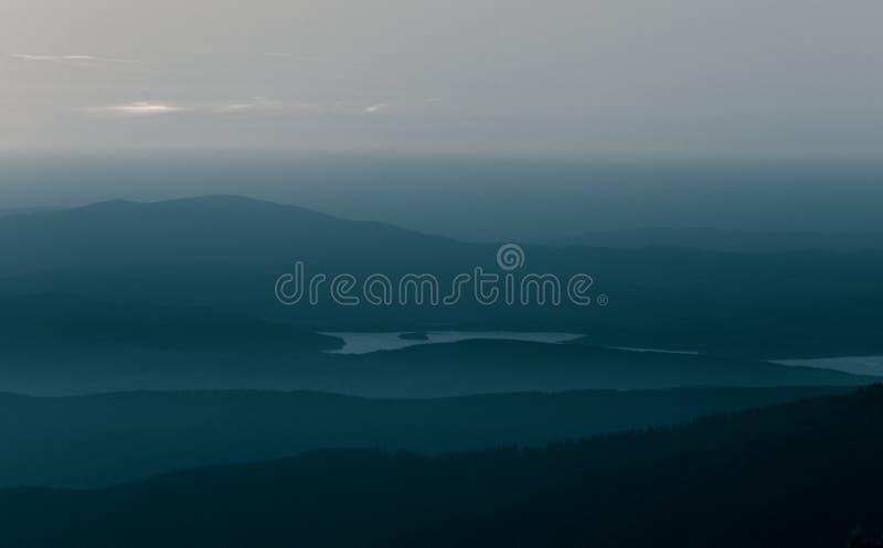 Een mooi, abstract zwart-wit berglandschap in blauwe tonaliteit stock afbeelding