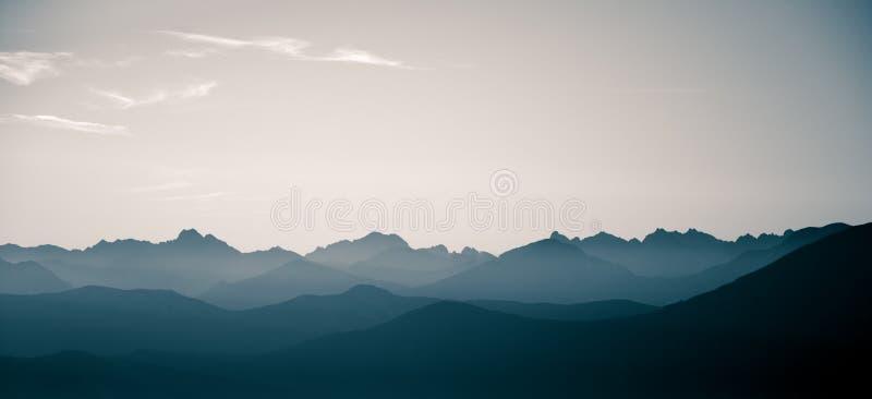 Een mooi, abstract zwart-wit berglandschap in blauwe tonaliteit stock foto's