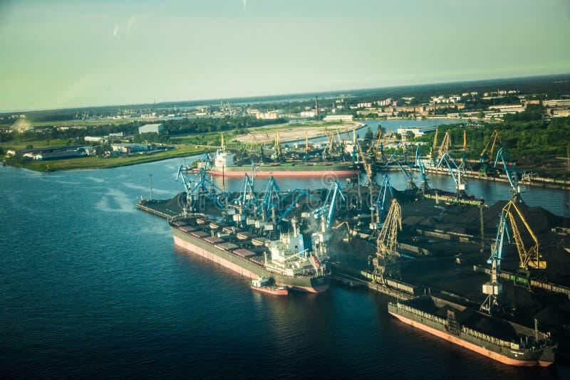 Een mooi aerolandschap van Riga en gebied die uit een klein vliegtuigvenster kijken Riga, Letland, Europa in de zomer Het authent stock afbeelding