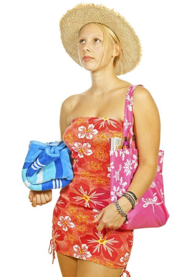 Een mooi blonde meisje dat naar het strand gaat stock afbeeldingen