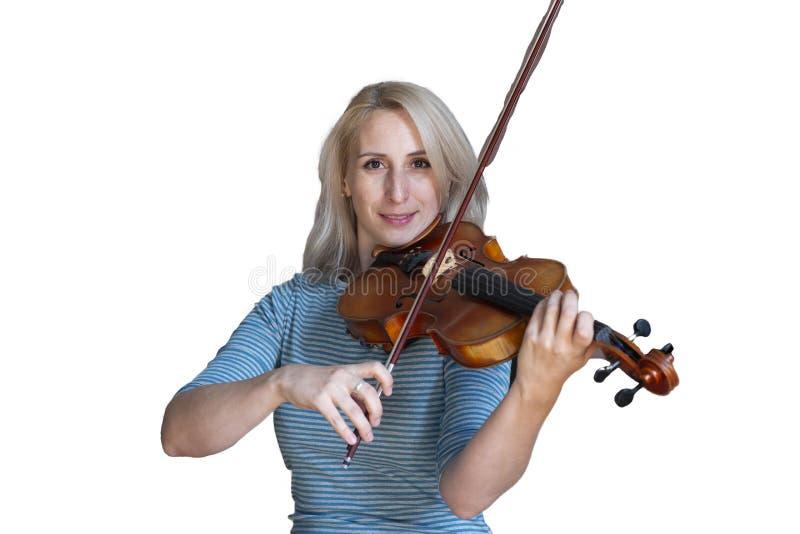 Een mooi blondemeisje in zwarte kleding met rode lippen speelt een viool Geïsoleerd beeld op witte achtergrond royalty-vrije stock afbeelding