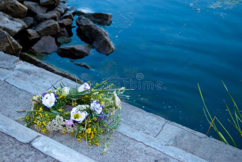 Een mooi boeket van een kroon van wilde bloemen ligt op steenstappen royalty-vrije stock fotografie