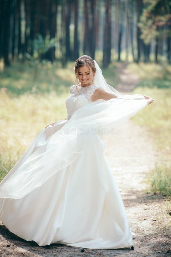Een mooi bruidportret in het bos de overweldigende jonge bruid is ongelooflijk gelukkig De dag van het huwelijk royalty-vrije stock afbeelding