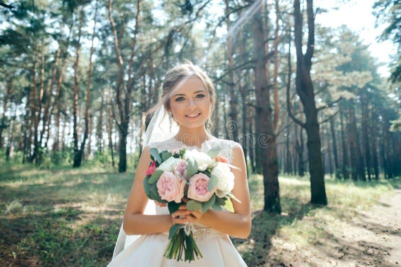 Een mooi bruidportret in het bos het overweldigen jonge bri stock foto's