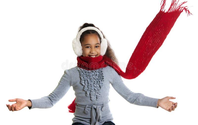 Een mooi donker-gevild meisje in een rode sjaal koude royalty-vrije stock afbeelding
