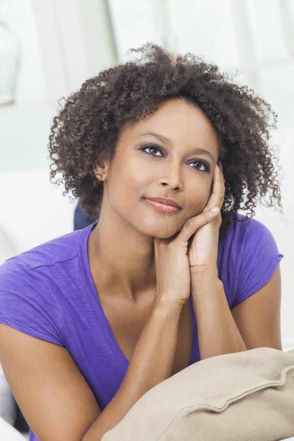 Het nadenkende Gelukkige Gemengde Afrikaanse Amerikaanse Meisje van het Ras stock foto's