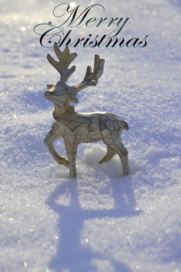 Een mooi houten Kerstmishert bevindt zich in de sneeuw met de inschrijving MARY CHRISTMAS royalty-vrije stock afbeeldingen
