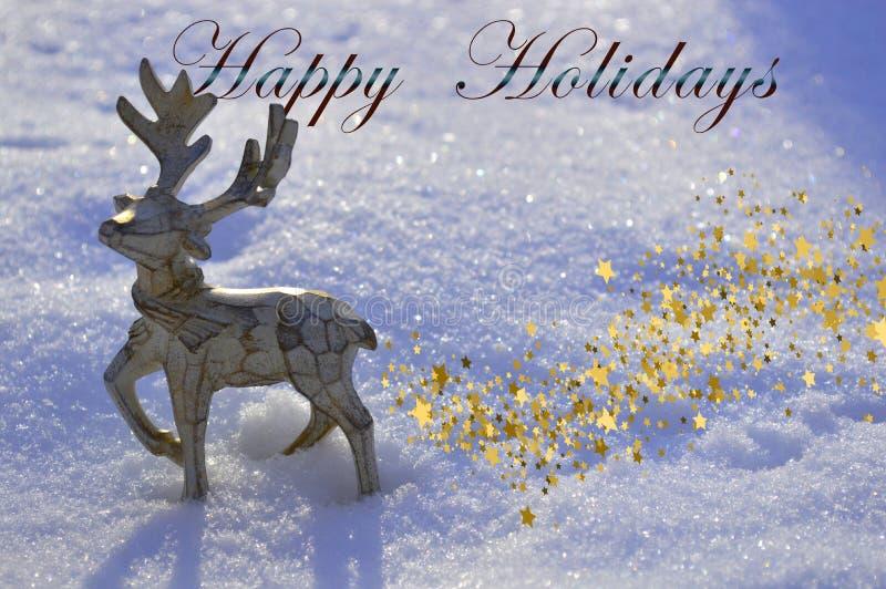 Een mooi houten Kerstmishert bevindt zich in de sneeuw met de inschrijvings GELUKKIGE VAKANTIE royalty-vrije stock foto's