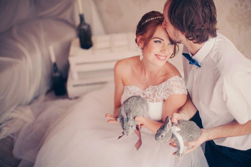 Een mooi huwelijkspaar met de konijnen royalty-vrije stock foto's