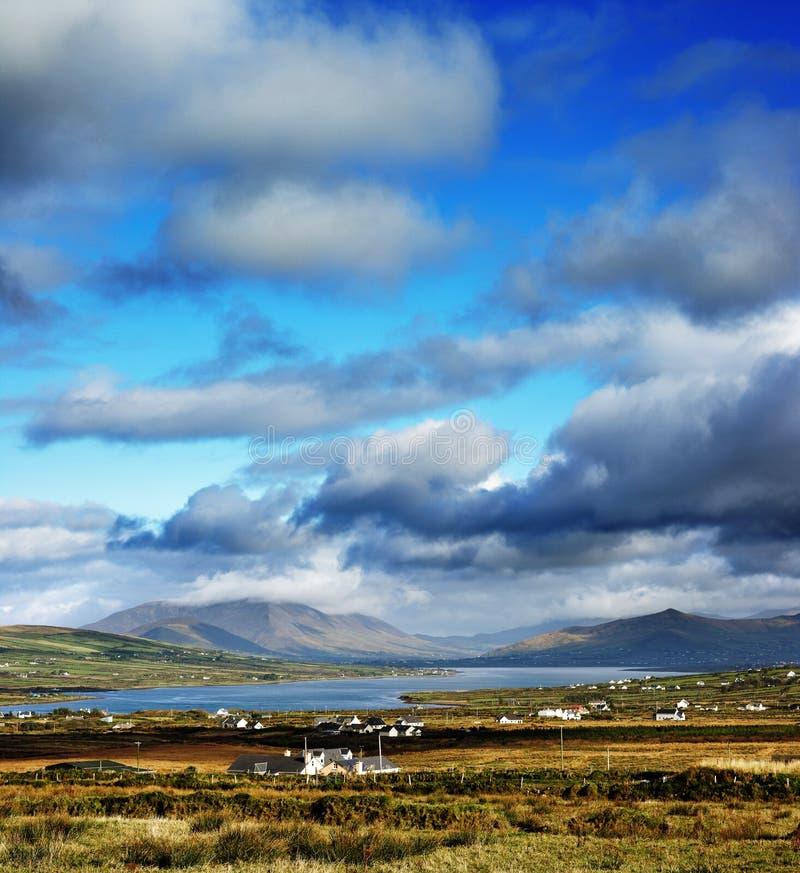 Een mooi Iers landschap van Provincie Kerry, Ierland stock foto