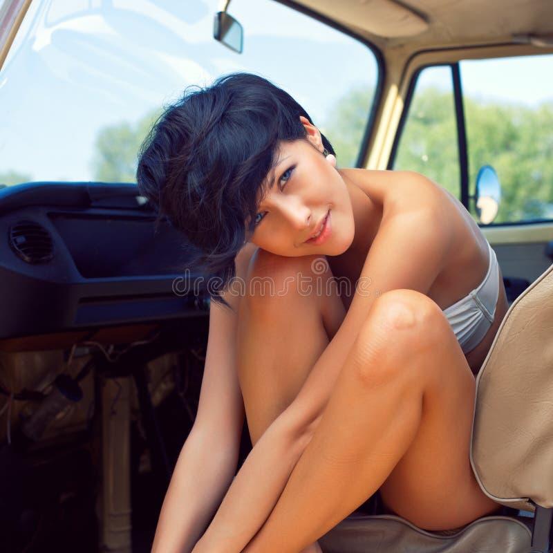 Een mooi jong meisje met korte haarbesnoeiing en blauwe ogen stock fotografie