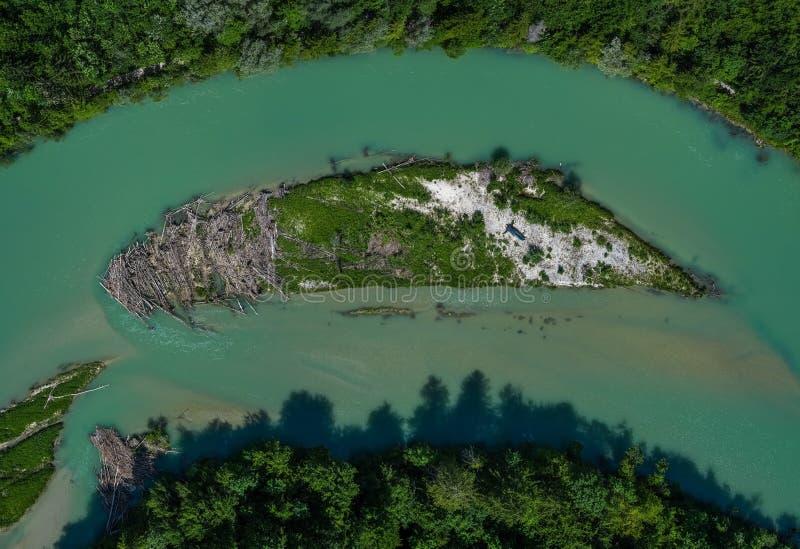 Een mooi klein eiland in de Isar rivier naast München royalty-vrije stock afbeelding