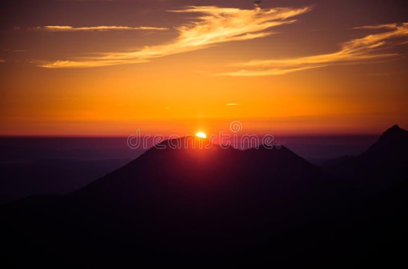 Een mooi, kleurrijk, abstract berglandschap in een mysticus purpere en oranje tonaliteit stock foto