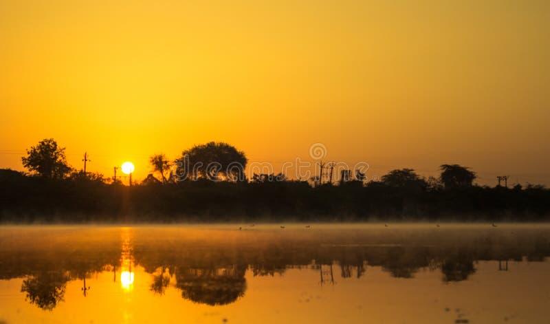 Een mooi landschap binnen bij rivier in vroege ochtend royalty-vrije stock foto