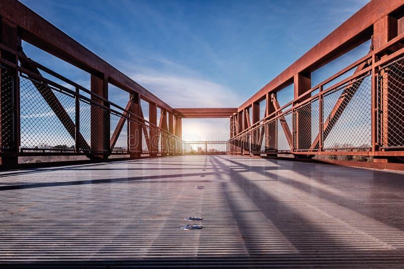 Een mooi landschap van zonnestralen door een brug in Winston Salem, North Carolina royalty-vrije stock foto's