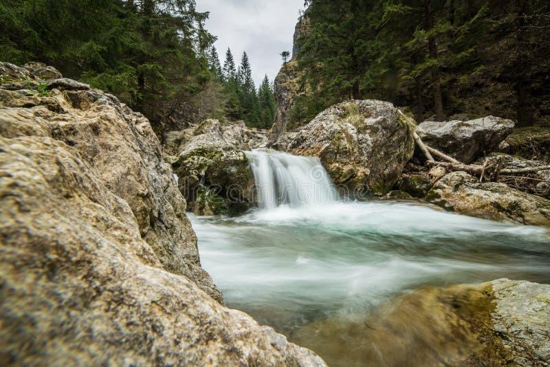 Een mooi lang blootstellingslandschap van waterval in Tatra-bergen royalty-vrije stock afbeeldingen