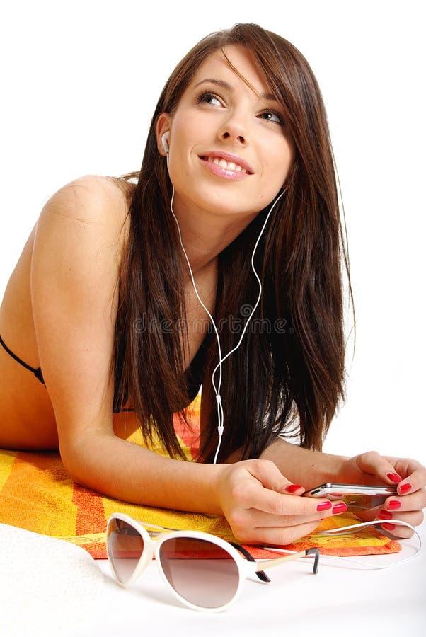 Een mooi meisje in bikini layin royalty-vrije stock afbeeldingen