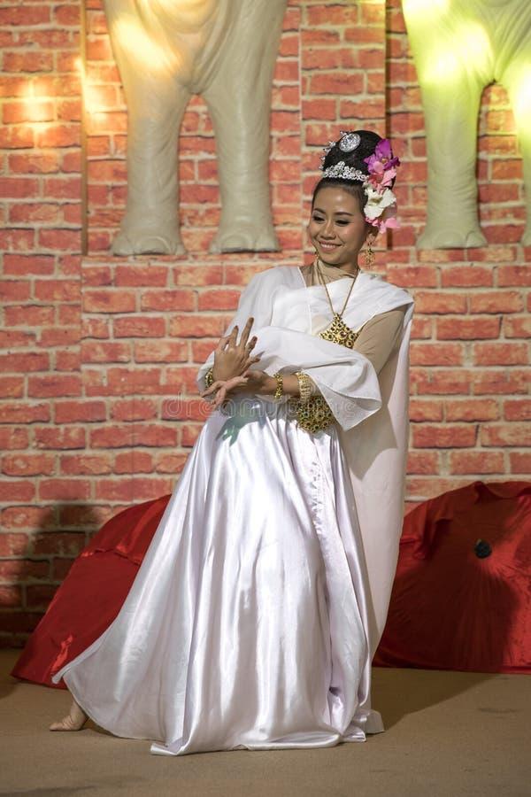 Een mooi meisje die een traditionele Thaise dans uitvoeren royalty-vrije stock afbeeldingen