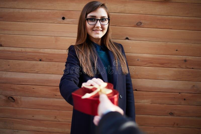 Een mooi meisje geeft mamma een gift op Moedersdag stock fotografie