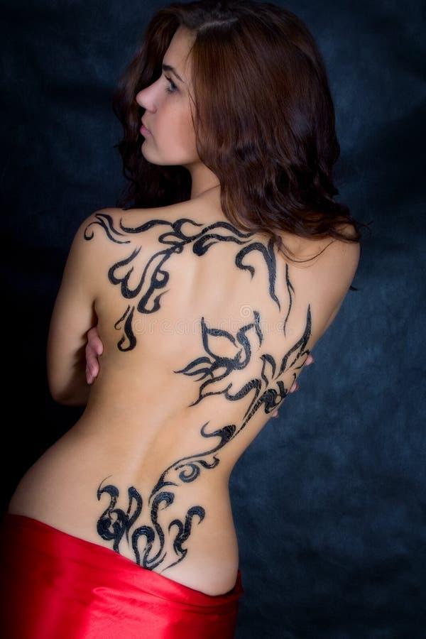 Een mooi meisje met een patroon op zijn rug royalty-vrije stock afbeelding