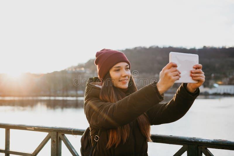 Een mooi meisje neemt een selfie of neemt beelden van gezichten in Praag stock afbeeldingen