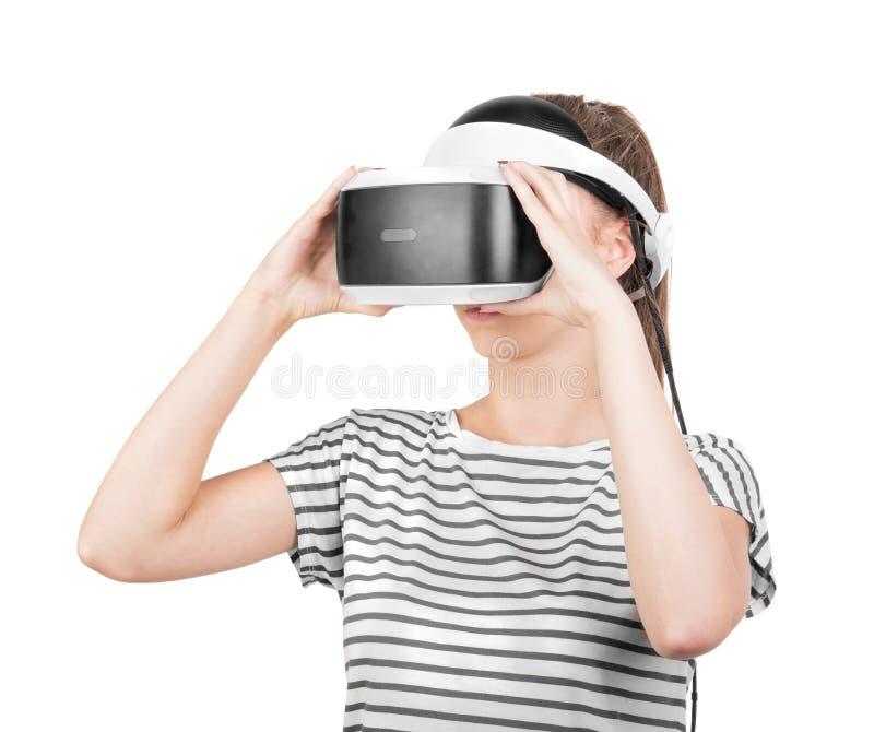 Een mooi meisje in VR-hoofdtelefoon dat op een witte achtergrond wordt geïsoleerd Innovatieve technologieën Vrouwelijk gamer in e stock afbeeldingen