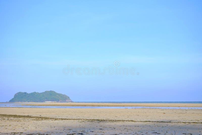 Een mooi overzees strand met watergolven en een horizontale lijn, blauwe hemel in heldere dag stock afbeeldingen