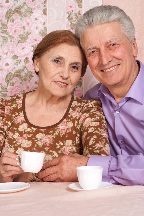 Een mooi paar bejaarde mensen stock afbeeldingen
