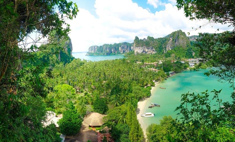 Een mooi panorama van een kleurrijke baai met bergen en boten in Krabi, Thailand stock afbeeldingen