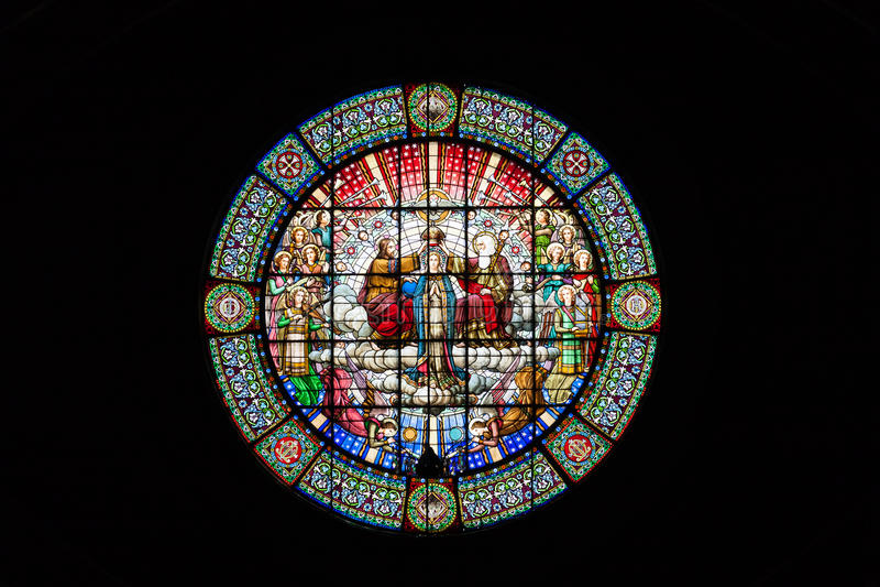 Een mooi rond gebrandschilderd glasvenster in het klooster van Montserrat op een zwarte achtergrond Barcelona, Spanje stock afbeeldingen