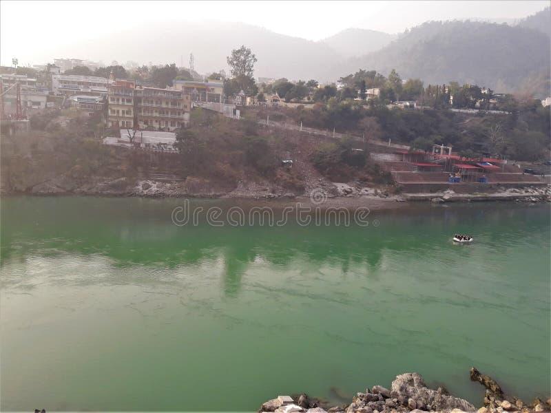 Een Mooi Weergeven van Groene rivier & Gebouwen stock foto's