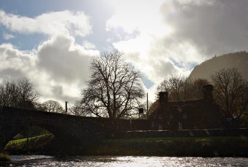 Een mooi Wels plattelandshuisje door de rivier royalty-vrije stock afbeelding