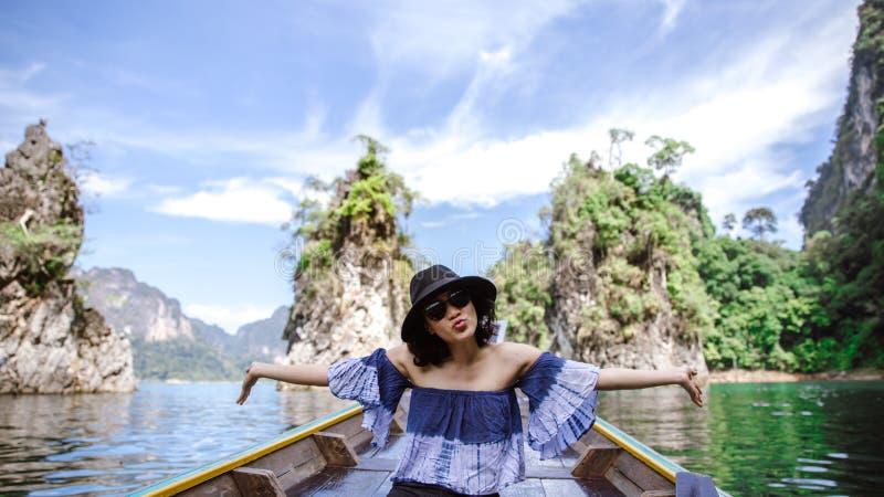 Een mooie Aziatische vrouw die door lange staartboot reizen royalty-vrije stock fotografie