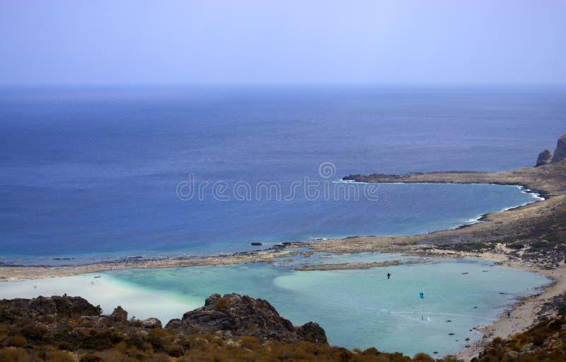Een mooie baai van glasheldere overzees stock afbeeldingen