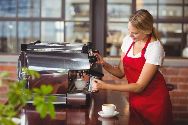 Een mooie barista die koffie voorbereiden stock foto's