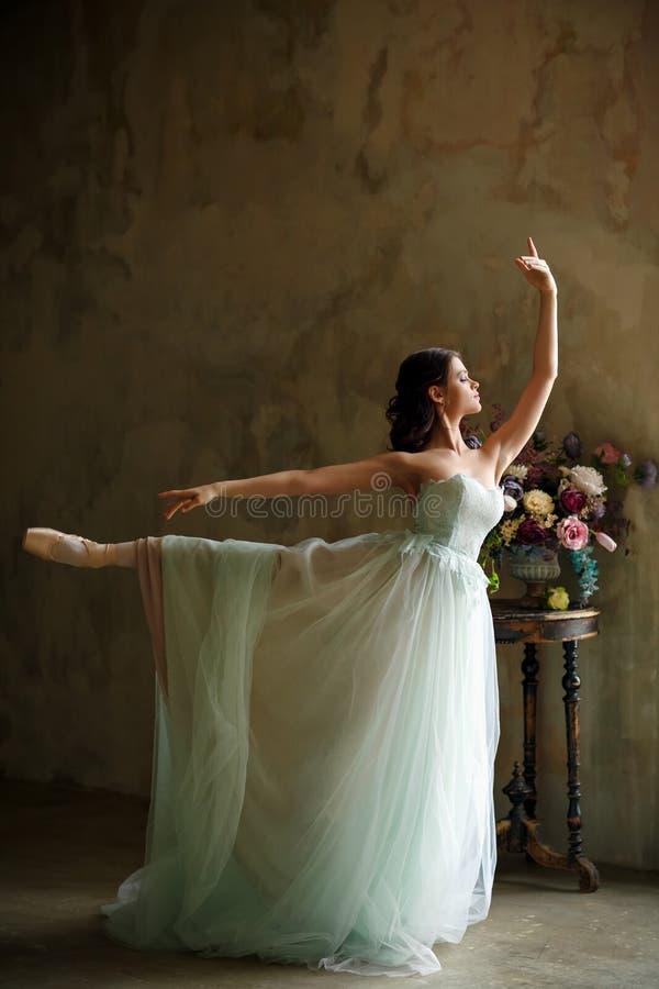 Een mooie bevallige meisjesballerina in een luchtkleding danst, royalty-vrije stock foto