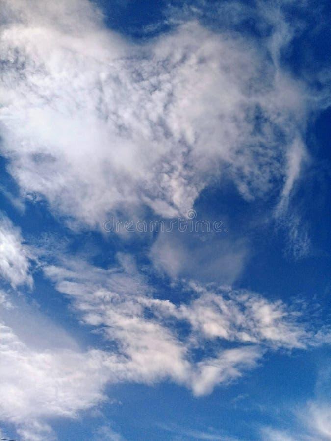 Een mooie blauwe hemel en witte wolken stock afbeeldingen