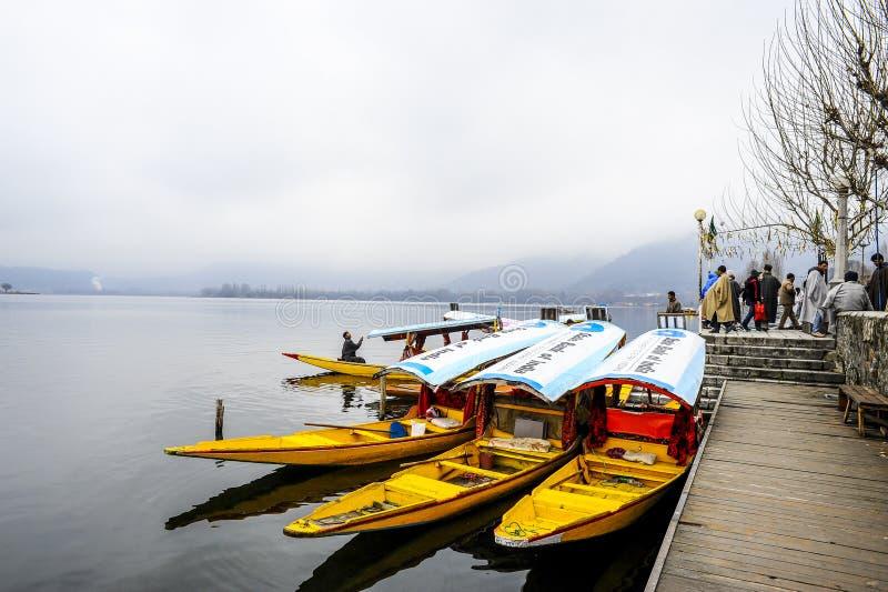 Een mooie boot genoemd werd `-shikara ` gebruikt in Dal Lake Kashmir, India tijdens de winter stock foto