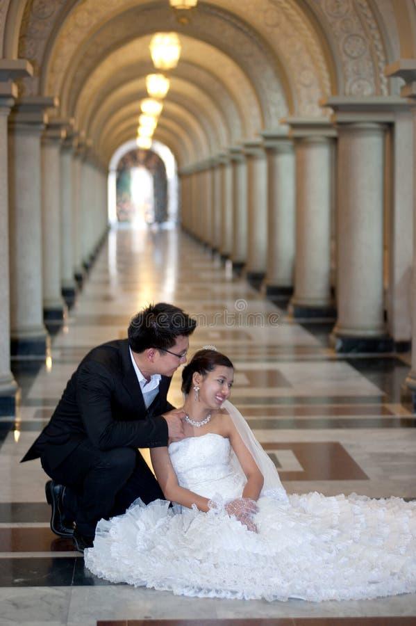 Een mooie bruid en knappe bruidegom bij christelijke