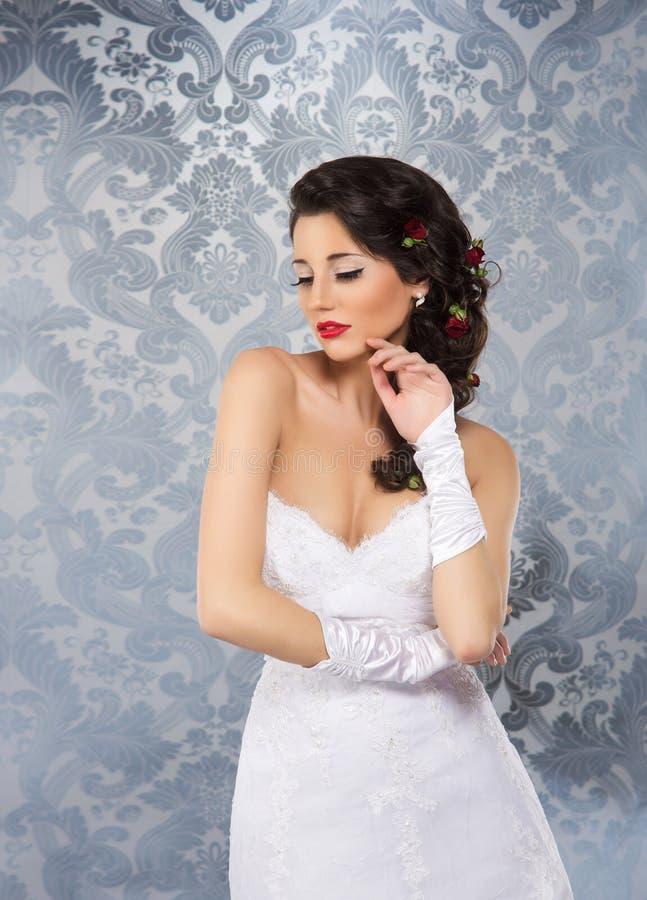 Een mooie bruid over de uitstekende achtergrond stock foto