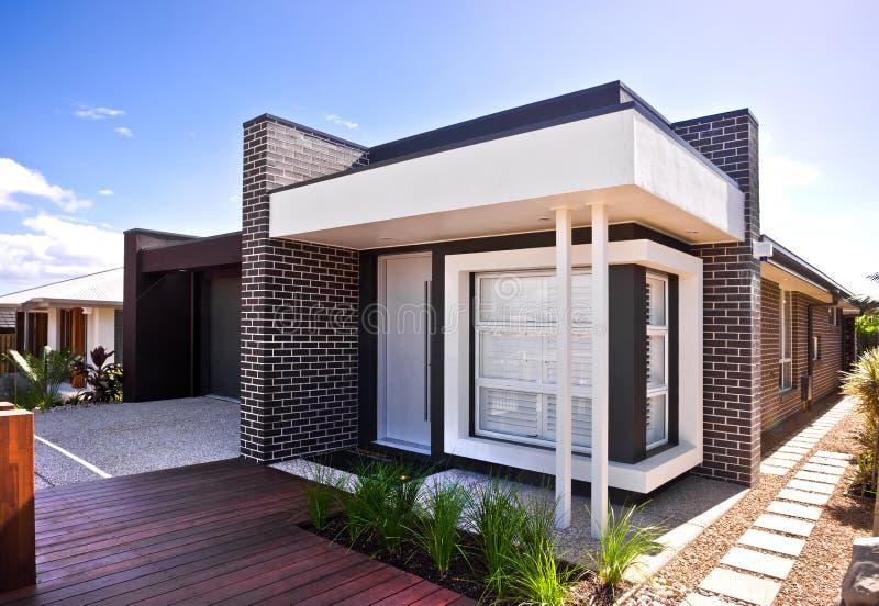Een mooie buitenmening van huis met houten vloer en tuin royalty-vrije stock afbeelding