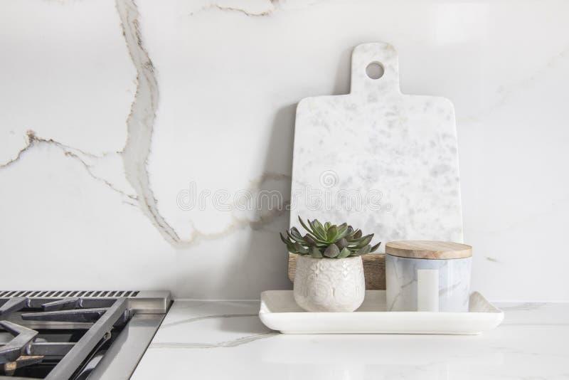 Een mooie close-up van een douane ontwierp keuken, met marmer kijkend kwartscountertop en backsplash royalty-vrije stock fotografie