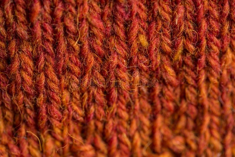 Een mooie close-up van een met de hand gebreid warm en zacht wolpatroon Zachte sokken of sjaal van natuurlijke wol stock afbeeldingen