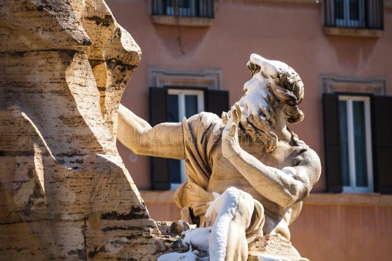 Een mooie dag van sneeuw in Rome, Italië, 26 Februari 2018: een mooie mening van Navona-Vierkant en Fontana-de Fontein van deiqua royalty-vrije stock foto's