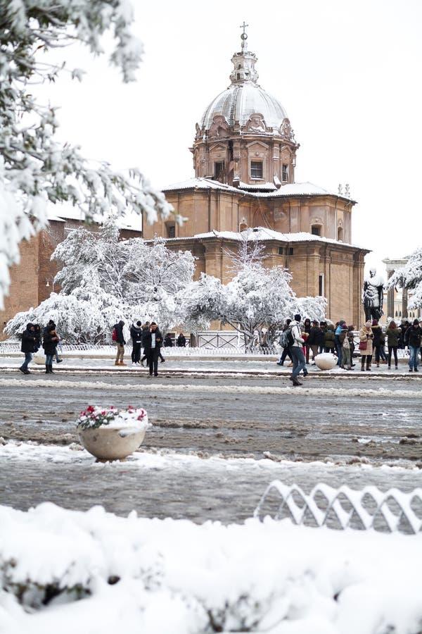 Een mooie dag van sneeuw in Rome, Italië, 26 Februari 2018: een mooie mening van sneeuwroman forums en Kerk van de Heiligen Luca  royalty-vrije stock fotografie