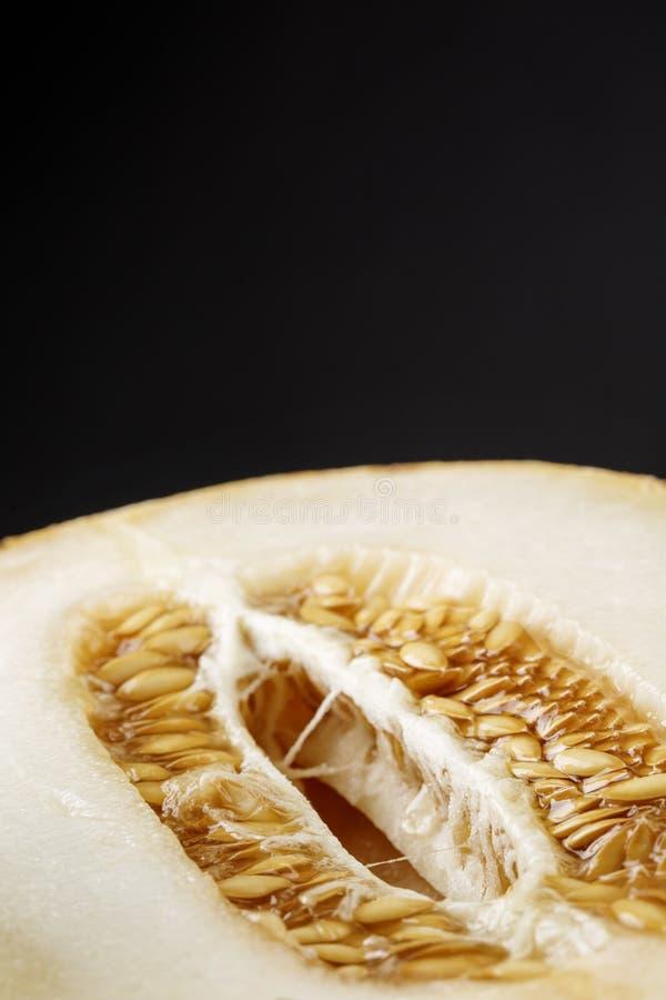 Een mooie en sappige meloen De helft van een rijpe pulp op een zwarte achtergrond De meloen van de besnoeiing Natuurlijke en orga royalty-vrije stock foto